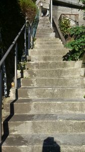 これから上る油木の階段