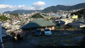 青山から下に広がる街を見下ろす