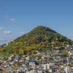 山の周りに並ぶ街