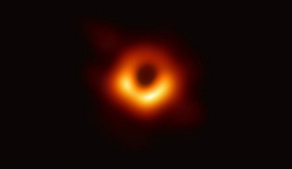 世界で初めて撮影されたブラックホールの写真